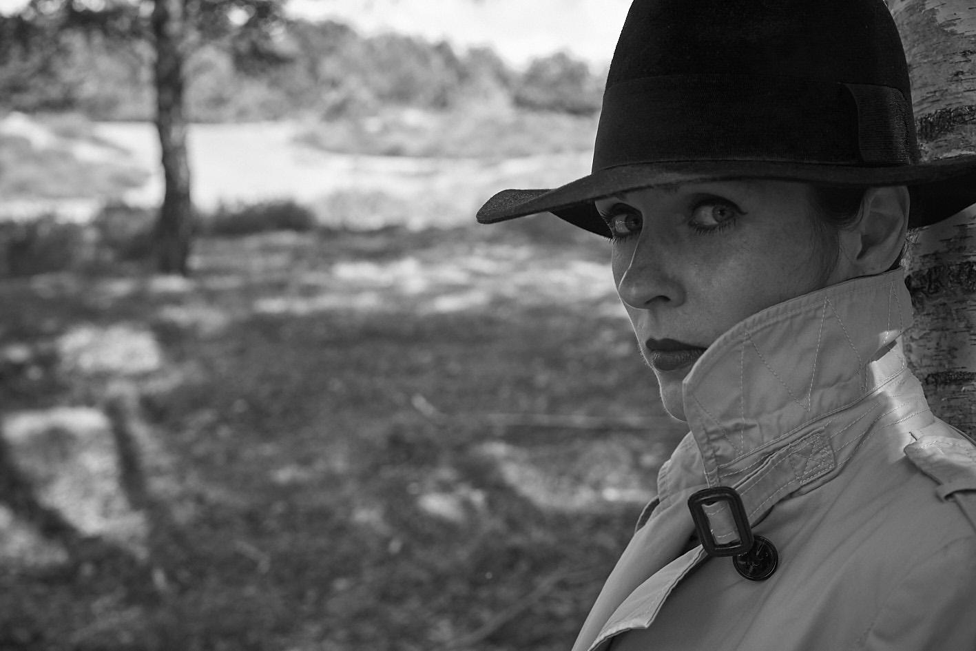 Porträt, Frau im Trenchcoat Film Noir, Köln © Monika Probst, Köln
